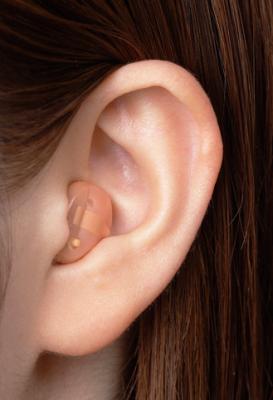 耳あな式補聴器の方が目立たない
